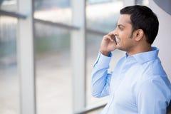 Mann beim Telefon-Anruf stockbild