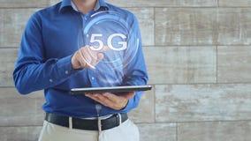 Mann benutzt Hologramm mit Text 5G stock video