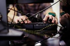Mann benutzt Laptop Stockfotografie