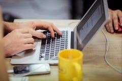 Mann benutzt Laptop Lizenzfreie Stockfotografie