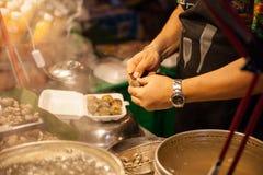 Mann bereiten Muscheln für Verkauf vor Stockbild