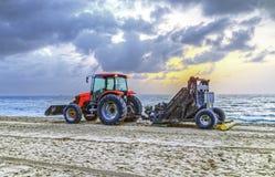 Mann bereitet den Strand in der Zeit des frühen Morgens vor