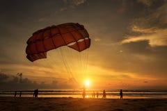Mann bereitet Para-Segeln am Strand in Thailand vor Stockfotografie