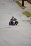 Mann beschleunigt hinunter Hügel auf großem Rad lizenzfreie stockfotografie