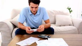 Mann betont mit so vielen Rechnungen, um zu zahlen stock video