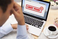 Mann betont, weil er seine Dateien verlor Lizenzfreie Stockbilder