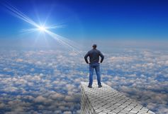 Mann betrachtet einen entfernten hellen Stern über dem Horizont Lizenzfreie Stockfotos