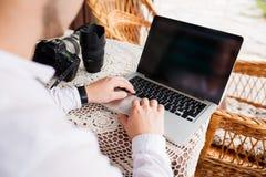 Mann betrachtet Laptop mit Aufregung Lizenzfreies Stockfoto