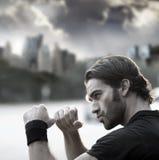 Mann betriebsbereit zu kämpfen Stockfotos