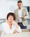 Mann bietet Frau an, um Wahl zu treffen Lizenzfreies Stockbild