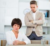 Mann bietet Frau an, um Wahl zu treffen Lizenzfreie Stockbilder