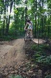 Mann biking en la rampa foto de archivo