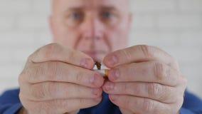Mann-Bild, das eine Zigarette mit den Händen in einer Antitabak-Kampagne bricht stock video footage