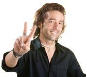 Mann bildet Friedenszeichen Stockfotos