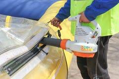 Mann bläst einen großen Ballon für die Wasserfahrten auf Die Einspritzung von Lizenzfreie Stockbilder