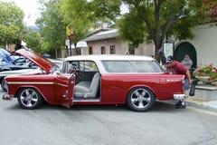 Mann bläst Staub von rotem Chevrolet Bel Air weg (1956) Lizenzfreie Stockfotografie