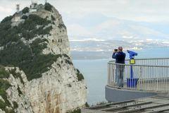Mann bleibt auf einem Balkon und macht Fotospitze von Gibraltar-Felsen, in der oberer Felsen-natürlichen Reserve Britisches Übers Stockbilder