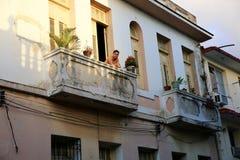 Mann blickt unten vom Balkon, Kuba lizenzfreie stockfotografie