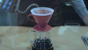Mann braut Kaffee durch einen Trichter stock video footage