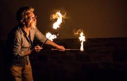 Mann brennt Feuer in die Nacht durch Lizenzfreie Stockfotos
