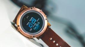 Mann-Brown-Leder-Armbanduhr lizenzfreie stockfotografie
