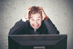 Mann am Computer fällt aus, betont, Krise Lizenzfreies Stockbild