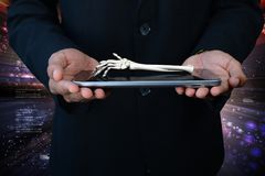 Mann 3d, der die Tablette und Hand getragen zeigt Lizenzfreie Stockbilder