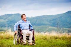Mann dans le fauteuil roulant Images stock
