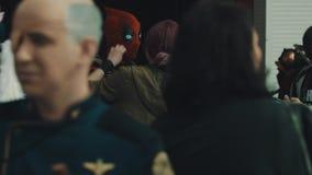Mann in deadpool Kostüm spricht mit Mädchen an gedrängtem cosplay Festival stock video