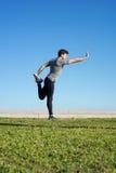 Mann dehnt den Körper aus, bevor er läuft Stockfoto