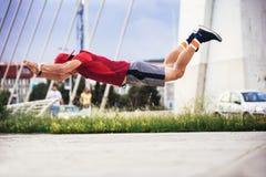 Mann in den allein ausarbeitenden tuenden extremen Liegestützen der sportlichen Abnutzung lizenzfreies stockfoto