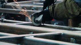 Mann in den Arbeitshandschuhen, die Oberfläche der metallischen Einheit mit Winkelschleifer polieren stock video