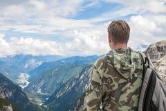 Mann in den Bergen, die das horizont betrachten Lizenzfreie Stockfotos