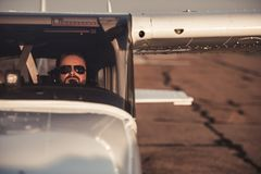 Mann in den Flugzeugen stockbild