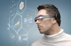 Mann in den futuristischen Gläsern Stockbilder