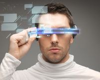 Mann in den futuristischen Gläsern Stockbild