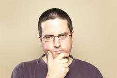 Mann in den Gläsern betrachtet lizenzfreie stockfotografie