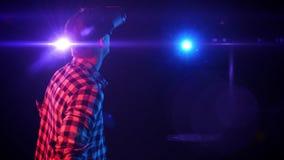Mann in den Gläsern der virtuellen Realität betrachtet Raum, der umgibt stock video footage