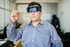 Mann in den Gläsern des Computers 3d, welche die Luft berühren Stockbilder