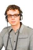 Mann in den Gläsern mit den Kopfhörern getrennt Lizenzfreie Stockfotografie