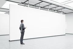 Mann in den Gläsern mit Kaffee in einer Kunstgalerie Lizenzfreies Stockbild