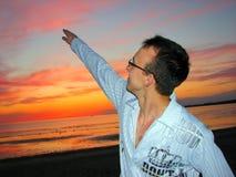 Mann in den Gläsern oben zeigend stockfotos
