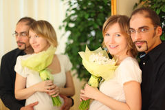 Mann in den Gläsern und im blonden Mädchen mit Blumenblumenstrauß Lizenzfreie Stockfotografie