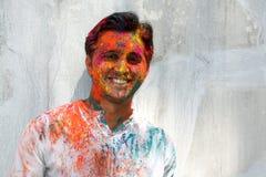 Mann in den Holi Farben Stockbild