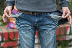 Mann in den Jeans mit leerer Tasche stockfotos