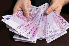 Mann in den Klagen der Männer Bestechungsgeld und Korruption mit Eurobanknoten Lizenzfreie Stockfotos