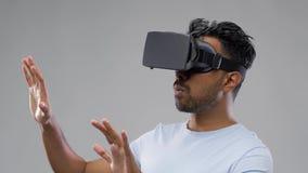 Mann in den Kopfhörer- oder vrgläsern der virtuellen Realität stock video
