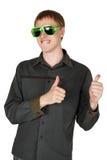 Mann in den modernen Klumpensonnenbrillen, thumbsup Stockfoto