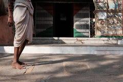 Mann in den Roben, die nahe den Toren stehen Lizenzfreie Stockfotos