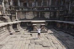 Mann an den Ruinen von Angkor Wat stockbild